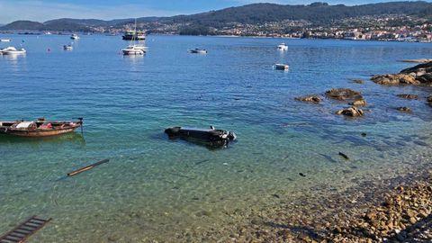 El coche acabó en el mar tras romper la barandilla de madera del paseo de Beluso, en Bueu