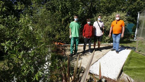 Los tres alumnos del IES Montecelo de Pontevedra que brillaron en Galiciaskills 2021, Ismael Soto, Iván Darriba y Anxo Gabián, y su tutor, Eliseo Castro