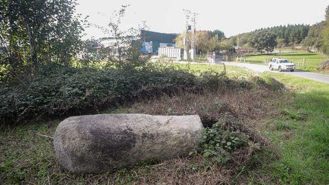 Parte del miliario quedó tirado y el resto debajo de la tierra