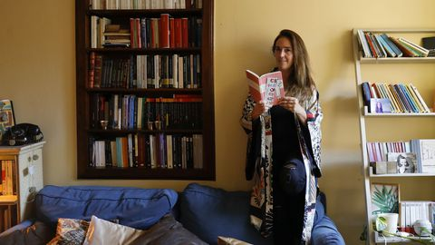 La pontevedresa Mercedes Corbillón, fundadora de la librería Cronopios, demuestra en su piso de la zona vieja de Santiago su afición lectora. «Eso me llevó a convertirme en librera», apunta al hablar de un negocio que suma relevancia: «Jamás pensé que tras pocos años podría ser yo la que recomendase libros»