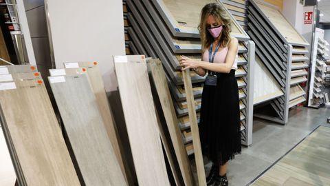 Construdeco, en imagen en la exposición de Viveiro, vende materiales que reducen el gasto energético de las casas