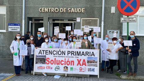 Protesta de la comisión de atención primaria del área sanitaria de A Coruña en el centro de salud de Labañou