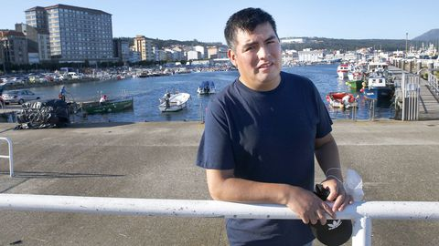 José Luis Flores lleva desde finales de agosto recuperándose en su casa de Ribeira, pero aún se fatiga mucho. marcos creo