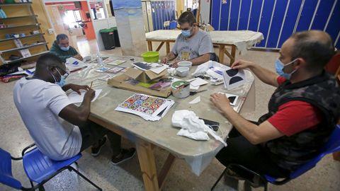 Cuatro usuarios, este viernes, en el centro de rehabilitación psicosocial de la asociación Alba en Pontevedra