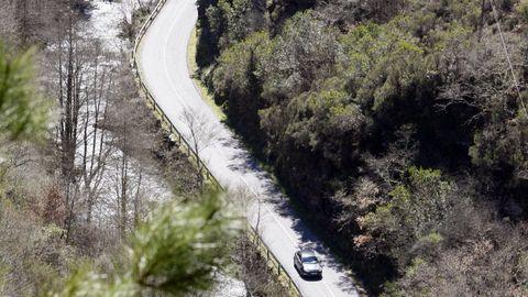 Un tramo de la carretera de Folgoso a Seoane visto desde el castro de A Torre