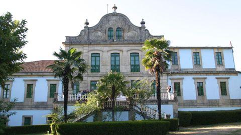 El balneario de Cabreiroá lleva décadas cerrado. Las aguas, analizadas en su día por Ramón y Cajal, se pueden tomar en el quiosco octogonal del recinto termal.