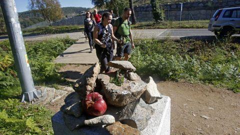 La costumbre de dejar piedras en los mojones del Camino se extiende a todo tipo de objetos.
