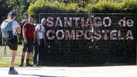 El letrero de entrada a Santiago, tras su limpieza esta semana.