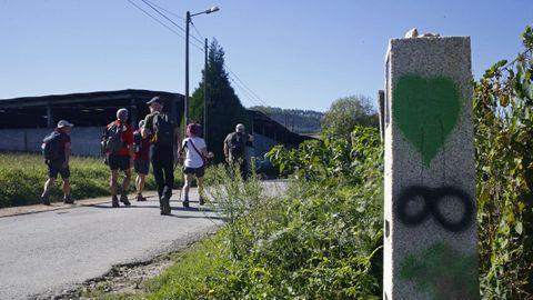 Los últimos hitos del Camino aparecen pintados de espray.