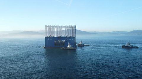 El Kugira de Acciona, el dique cajonero más grande del mundo, entrando en el puerto exterior de A Coruña