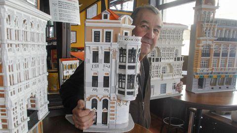 Carlos Macías, en una imagen rodeado de sus obras y en la que sostiene la maqueta de la Casa Romero de Ucha