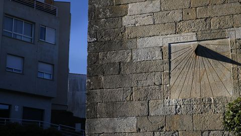 La iglesia de Santa María A Antiga en la parroquia del Caramiñal tiene un reloj de sol en su fachada sur.
