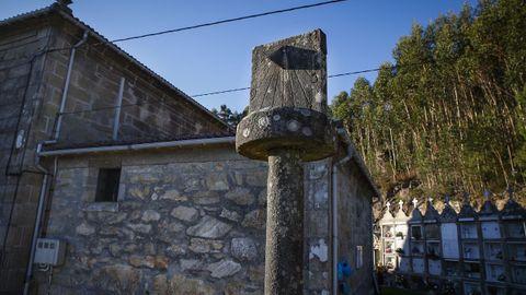 La Iglesia de Santa Baia, en Rianxo, también presume de reloj de sol, localizado en la cima de un antiguo cruceiro.
