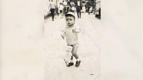 Adolfo Campos se crio en el barrio vigués de Piñeiro, frente a la fábrica de Kas. En la foto, en alguna festividad de Lavadores con el mítico alambre de rosquillas.