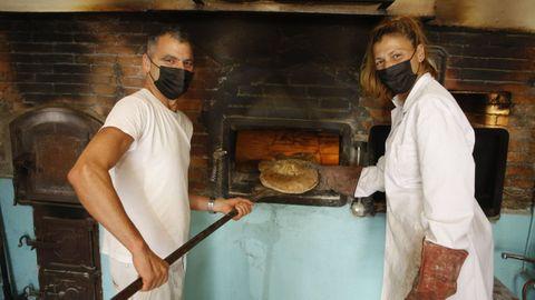 En la imagen, Luis Pérez y Carmen Gabilondo. Ambos cambiaron sus oficios (él trabajaba de electricista y ella, sevillana de origen, en la Escuela de Idiomas de Viveiro) por dedicarse a hacer pan en un horno de leña que también tiene 60 años de historia y que conserva partes originales.