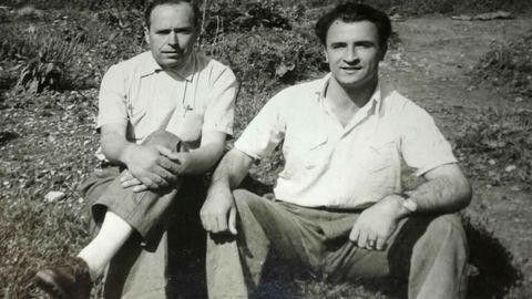Francisco Lestegás (izquierda) que fundó Panadería de Galdo, junto al albañil que instaló el horno, que sigue en pie. Como curiosidad, fue aislado con arena de playa que aún queda en el río cercano.