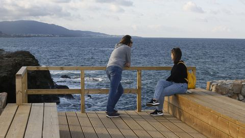 Una pareja, en el mirador de Tamaniña, en el paseo marítimo