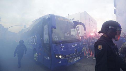 El autobús del Real Oviedo, durante el recibimiento previo al derbi asturiano