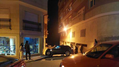 El conductor del coche perdió el control del vehículo y chocó contra un edificio en el centro urbano de Bueu