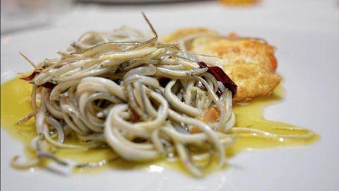 El chef Pablo Gallego tiene en su restaurante homónimo, en A Coruña, unas gulas con huevos fritos