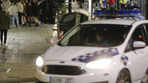En una imagen de archivo, una patrulla de la Policía Local de Santiago en un operativo de control de la movida nocturna