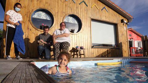 Turistas en las Cabañas de Vendaval, en Malpica