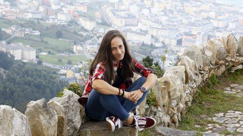 A atleta Carla Trillo, coa vila de Burela ao fondo