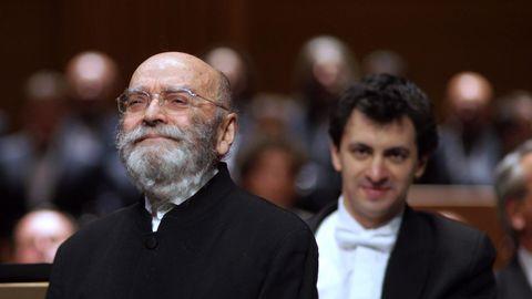 A la izquierda, el compositor bilbaíno Luis de Pablo, saludando tras un concierto en el Teatro Real.