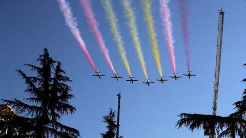 Los aviones de la Patrulla Águila sueltan el humo para dibujar la bandera española en el desfile del Día de la Hispanidad