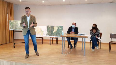 El conselleiro de Medio Rural explicó a los vecinos de Arnoia las ventajas de unir sus terrenos en un polígono agroforestal