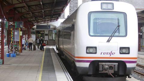 Imagen de un tren de Renfe llegando a la estación de Ferrol procedente de A Coruña