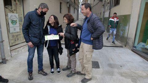 Unos turistas consultan un mapa este fin de semana en una calle del centro de Monforte