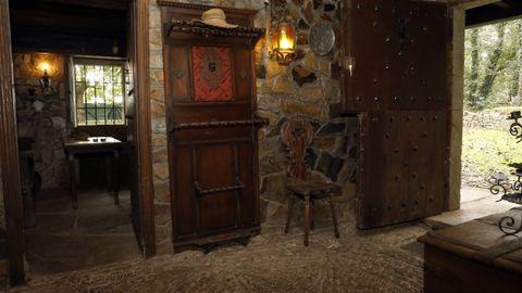 Entrada con un mosaico en el suelo de canto rodado realizado por un fraile mercedario