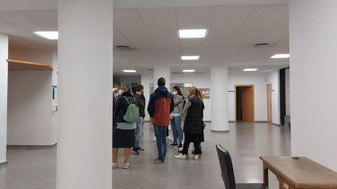 Más de una decena de jóvenes se congregaron frente a la sala.