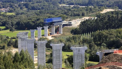 Ya comenzó a colocarse el tablero sobre el viaducto del Pambre de la A-54 entre Lugo y Santiago