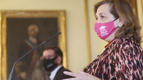 María Teresa Deus en una comparecencia pública en el Concello, con el alcalde, Ángel Mato, en segundo plano