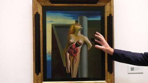 La icónica pintura de Dalí,  Les Roses Sangrantes  este miércoles en el Museo de Bellas Artes de Asturias.