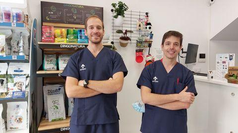 Roberto y Felipe Vázquez abrieron su centro veterinario en Esteiro en marzo.