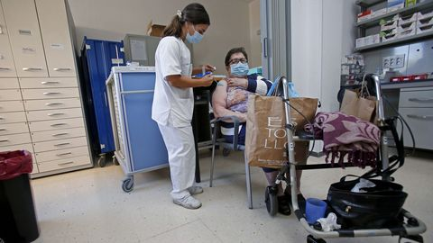 La vacunación contra el covid, en la imagen la tercera dosis en la residencia de Campolongo, continúa en los hospitales