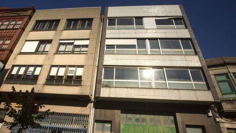 Algunas viviendas vacías, ayer, en una calle del casco urbano de Carballo