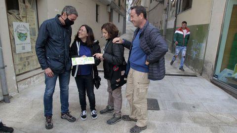 Un grupo de turistas de Madrid consultando un plano urbano de Monforte el pasado lunes