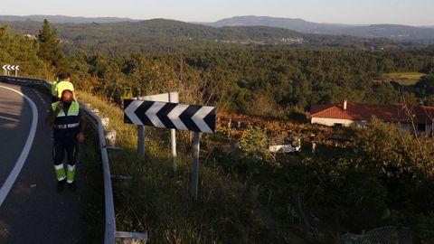 El coche se salió de la vía y acabó volcado sobre una viña de Carracedo tras volar unos 60 metros