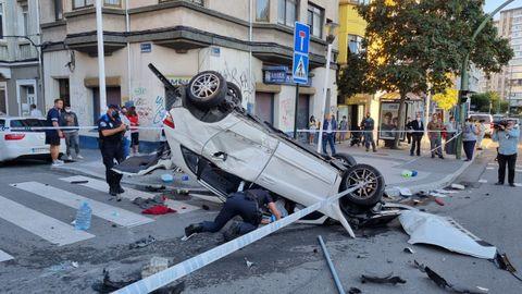 Uno de los coches implicados en el accidente en ronda de Outeiro con la calle Caballeros.