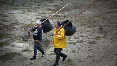 Imagen de archivo de mariscadores en la ría de O Burgo.