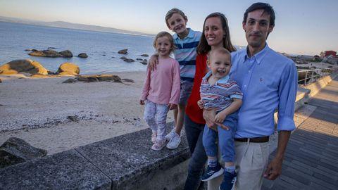 Ignacio Diego Ardanaz, Sabrina Dotta y sus tres hijos llevan desde julio viviendo en Ribeira.