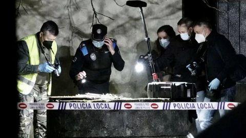 Investigadores examinan el pozo la noche en la que apareció el cadáver, el pasado 21 de febrero.