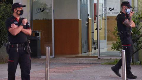Agentes de la Ertzaintza establecieron un dispositivo de seguridad tras el tiroteo en la Facultad de Ciencias y Tecnología de la UPV/EHU en Vizcaya.