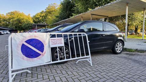 Carteles prohibiendo aparcar el fin de semana en el recinto ferial, donde volverá el botellón