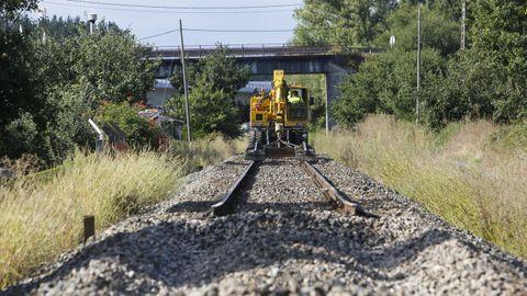 Imagen de archivo de la retirada de la vieja vía del tren en A Pobra de San Xiao tras la apertura de la variante de la futura línea del AVE entre Ourense, Monforte y Lugo