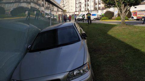 Colisión de un vehículo contra el lateral de la piscina municipal de Boiro.